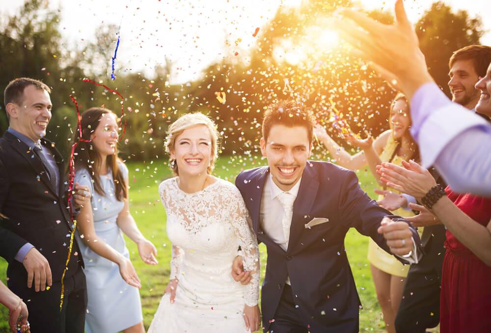 """As cerimônias e festas de casamento têm se tornado cada vez menos tradicionais. Muitos noivos optam por deixar o evento com uma """"cara"""" mais moderna, com decoração e músicas que…"""