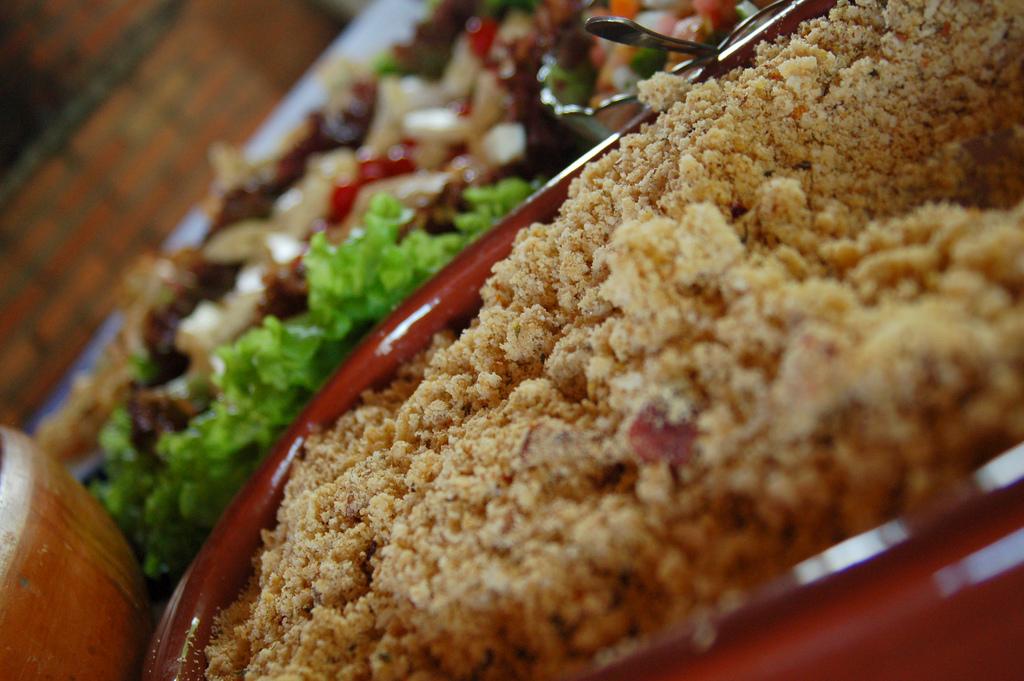 Quem gosta de um bom churrasco certamente sabe que o prato que não pode faltar é a farofa. Esse acompanhamento é bastante versátil e pode se adaptar de acordo com…